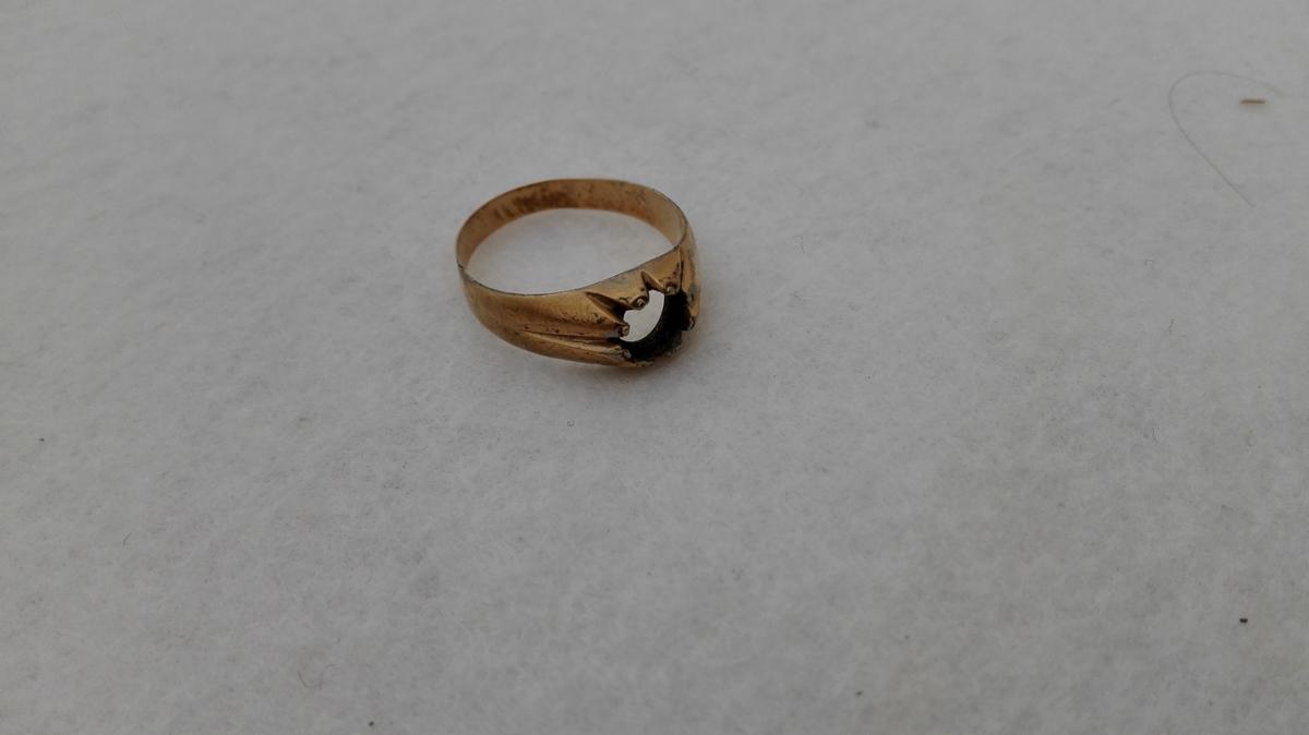Form: Ringforma m/ kloforma innfatning.
