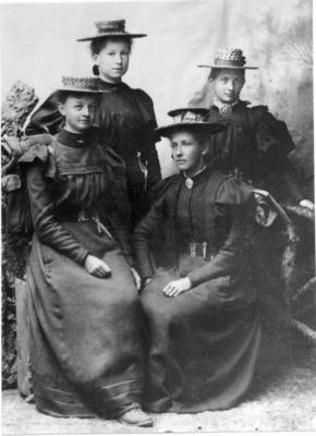 Fire damer fotografert i Molde under sin store fottur, 1897 (Foto/Photo)