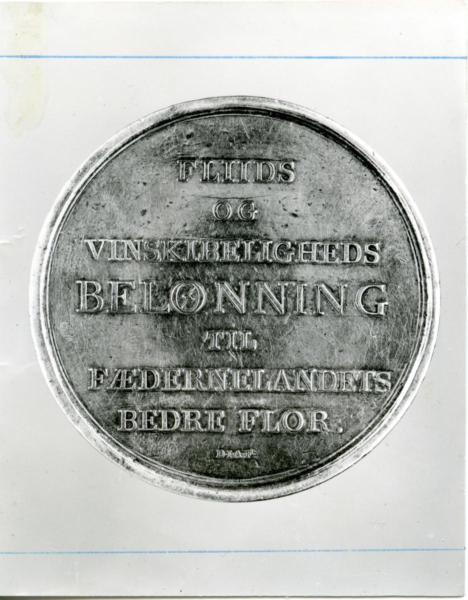 Medalje som Berte Marie Rødnes fekk for handarbeide