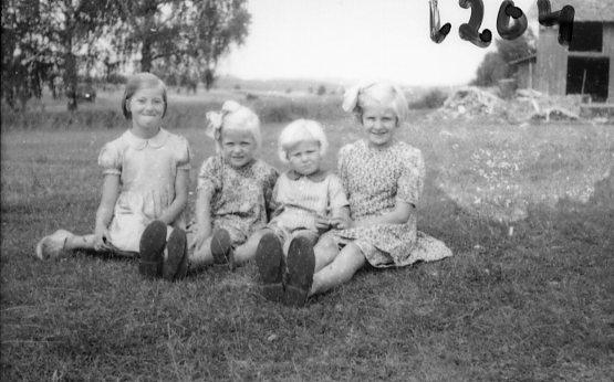Fototropp i arbete, fyra barn. Värmland.