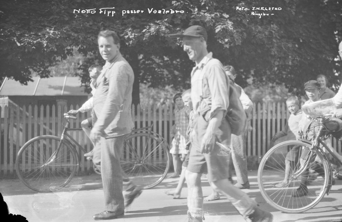Ringebu. Vålebrua. Notto Fipp passerer Vaalebro. Hans egentlig navn var Notto Tellefsen Senum (1885-1931) Han var kappgjenger fra Evje og Hornnes kommune, som det også er skrevet bok om. Også andre personer og barn på sykkel.