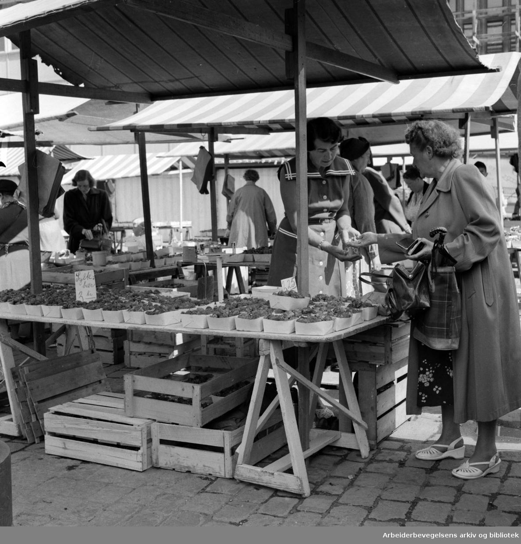 Youngstorget: Torgsalg. Juli 1957