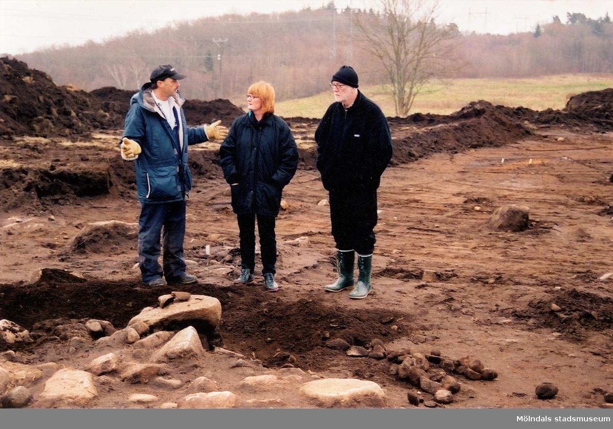 Arkeologisk undersökning av kokgropssystemet i Stretered, Kållered, våren 1998. Kultplats från bronsålder–äldre järnålder. Sammanlagt undersöktes 132 kokgropar som sträckte sig över en 250 m lång sträcka på krönet av en grusås. Kokgropssystemets norra del bestod av tre rader, medan det mot söder övergick till en rad.