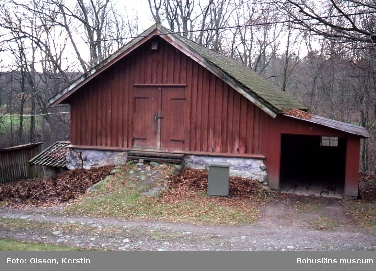 """Text på kortet: """"Holma byggnad med stenbislag. Nov -86""""."""