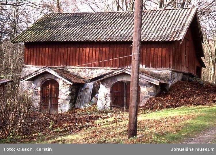 """Text på kortet: """"Holma Ek. m. Stenbislag. Nov -86"""". Enl. medföljande text: """"Ekonomibyggnad med dubbla bislag av sten""""."""