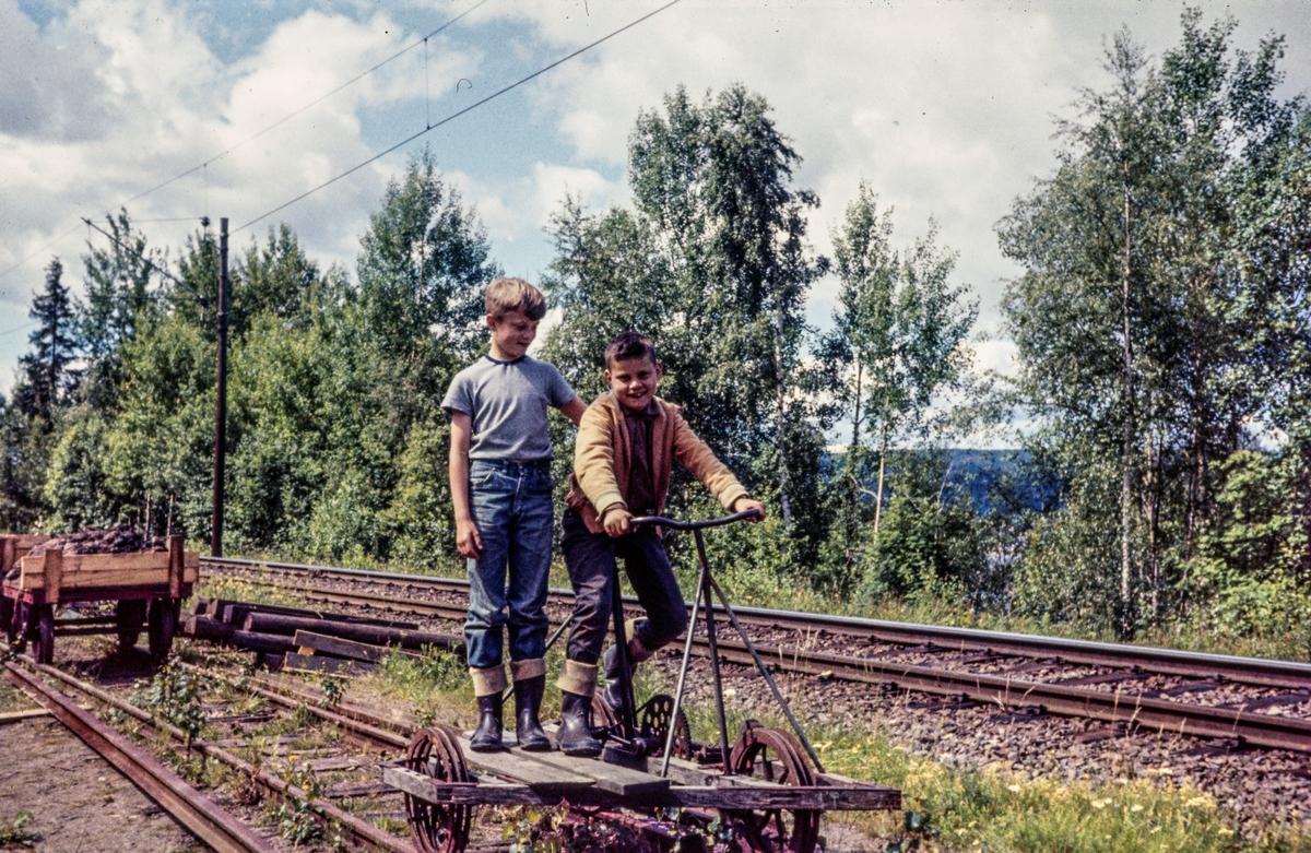 Aktive medlemmer på dressin på museumsbanen Urskog-Hølandsbanen.
