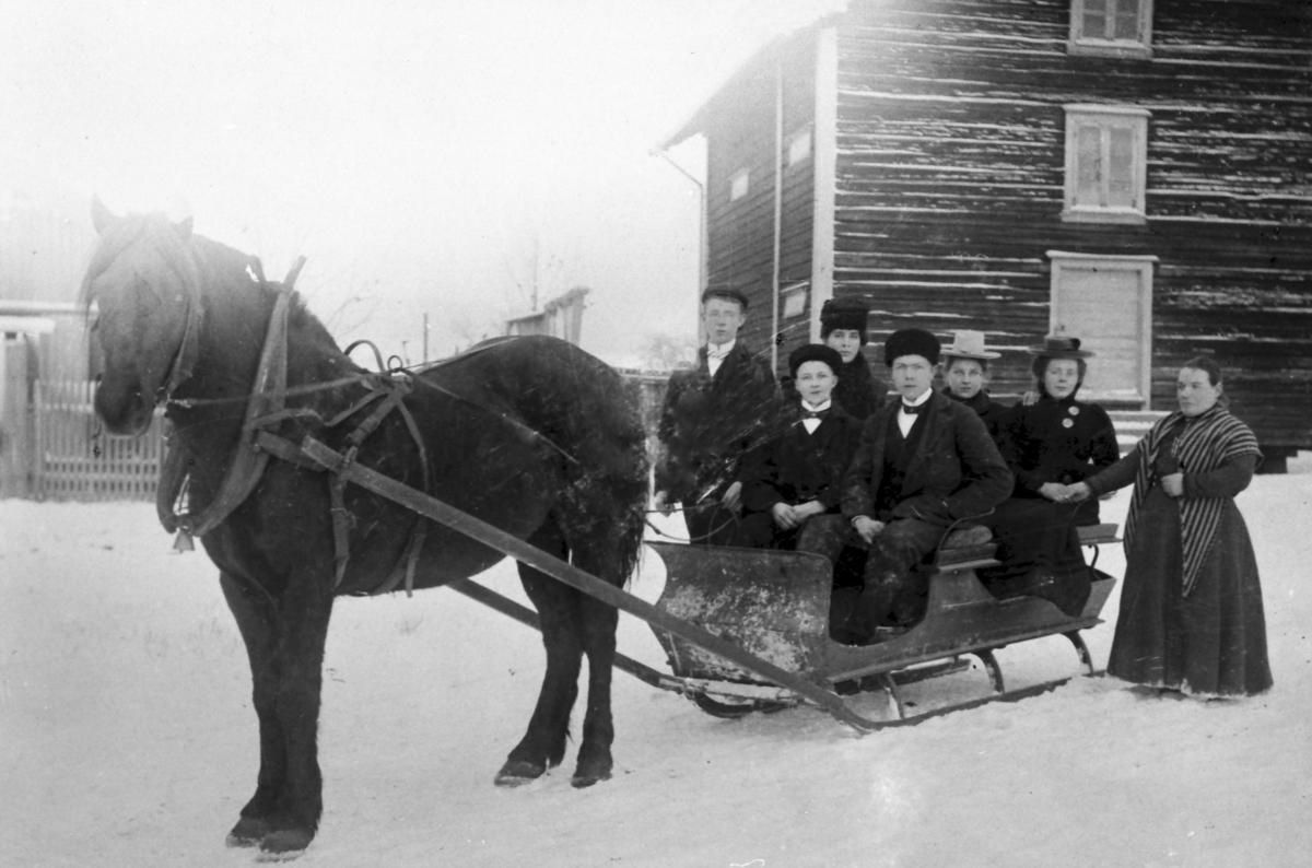 Ca 1920: Klar for kjøretur med sluffe. Ukjent sted, trolig i Fjell. Personen ytterst til høyre: Karen Vestby. Ukjent fotograf.