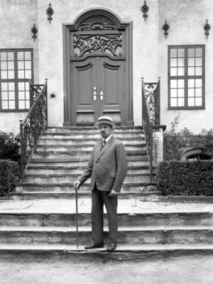 Hans Aall på trappen til Bysamlingen i 1929