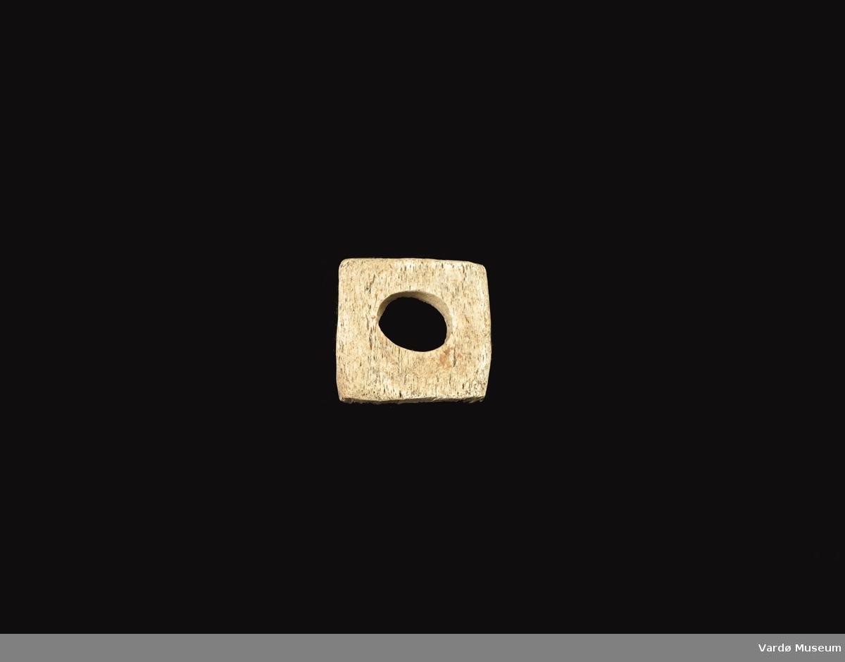 Firkantet og porøs, hull i midten ca. 3,0  cm i diameter.