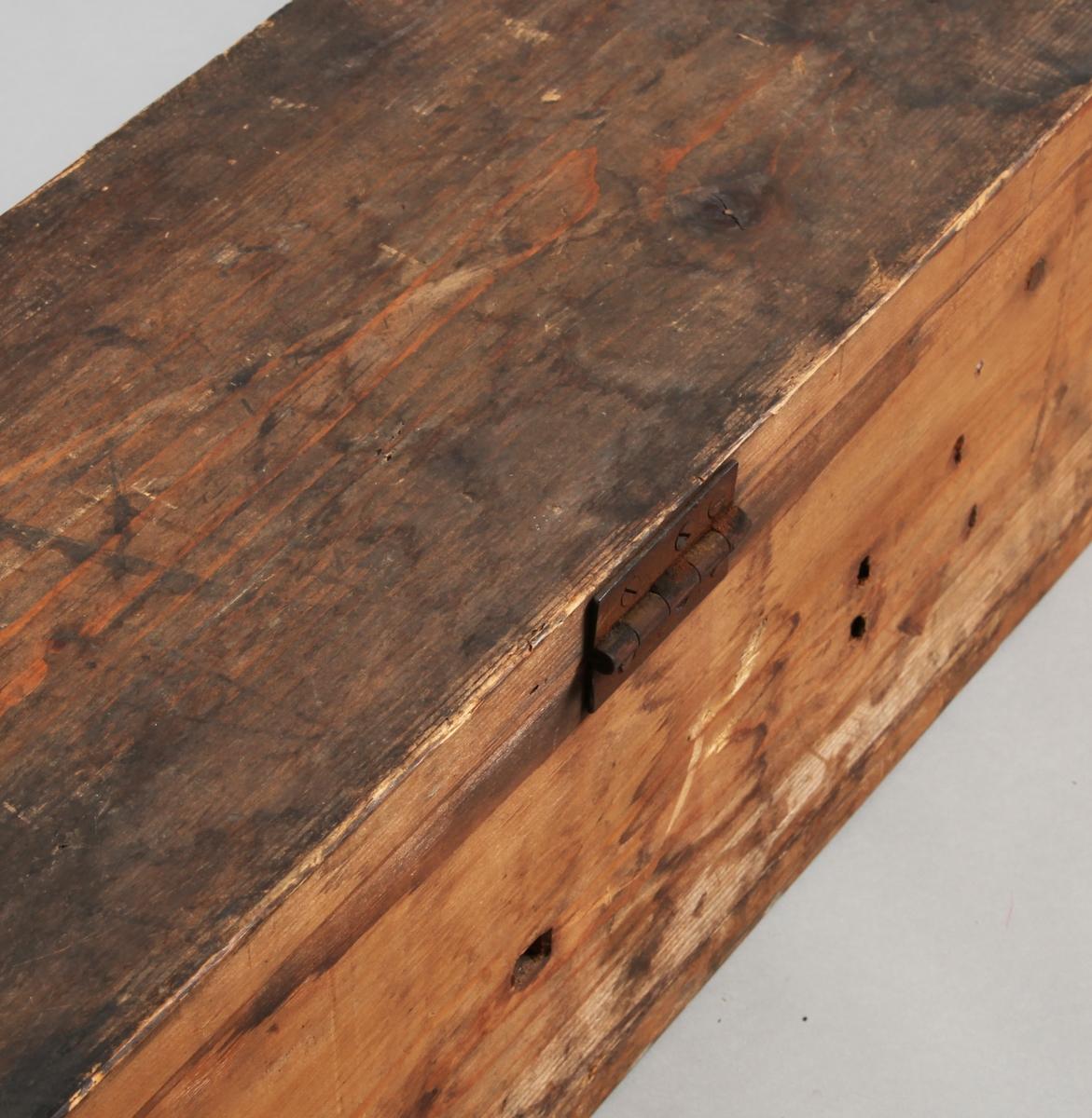 Rektangulær med spisser i ene kortenden. Fra spissene henger det dusker. (NB! Sjekk i Salhus om beskrivelsen passer.). Lang stang med endestykke av metall.