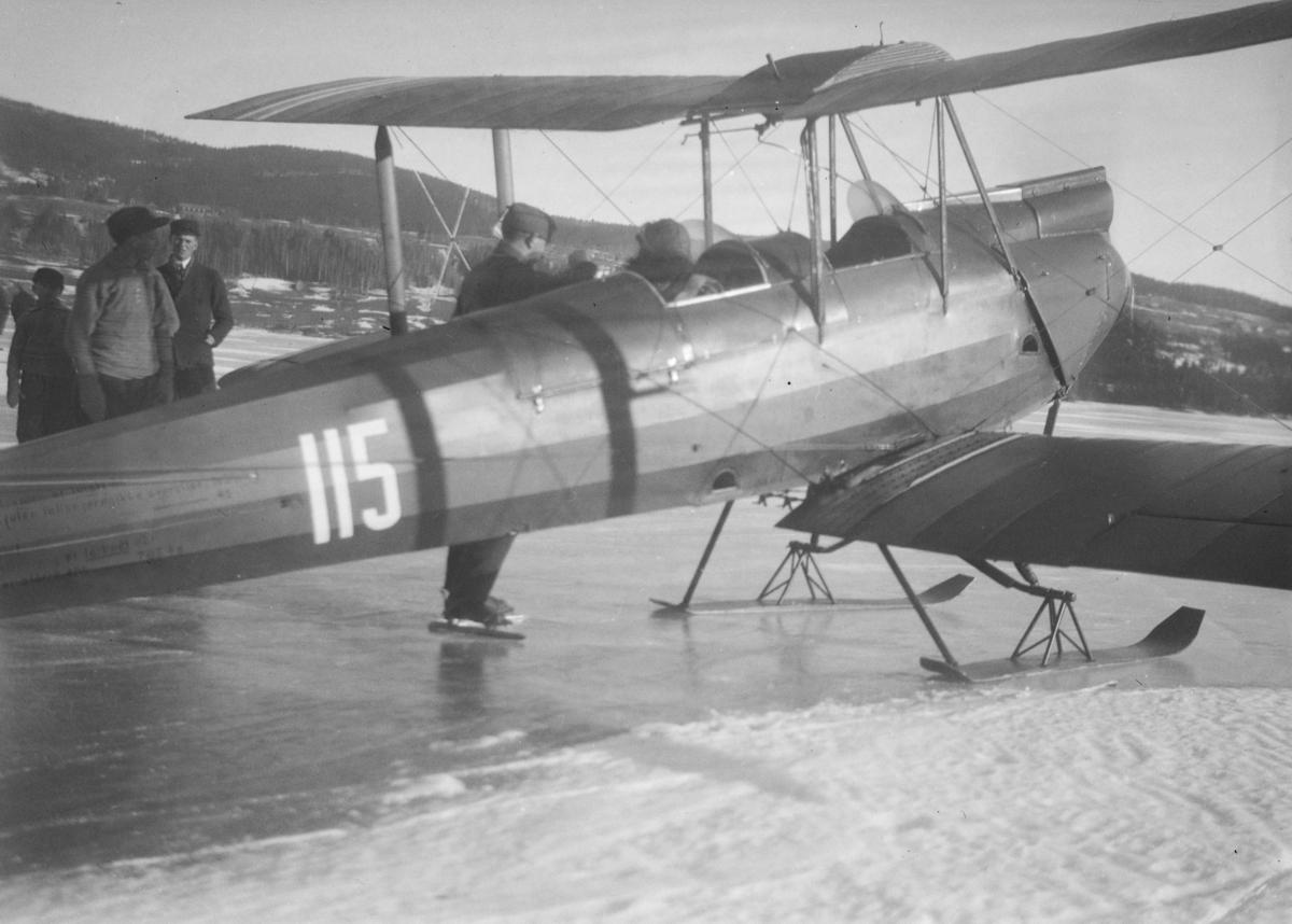 Fly, type Biplan, på Mjøsisen i Brettengsvika på Vingnes.