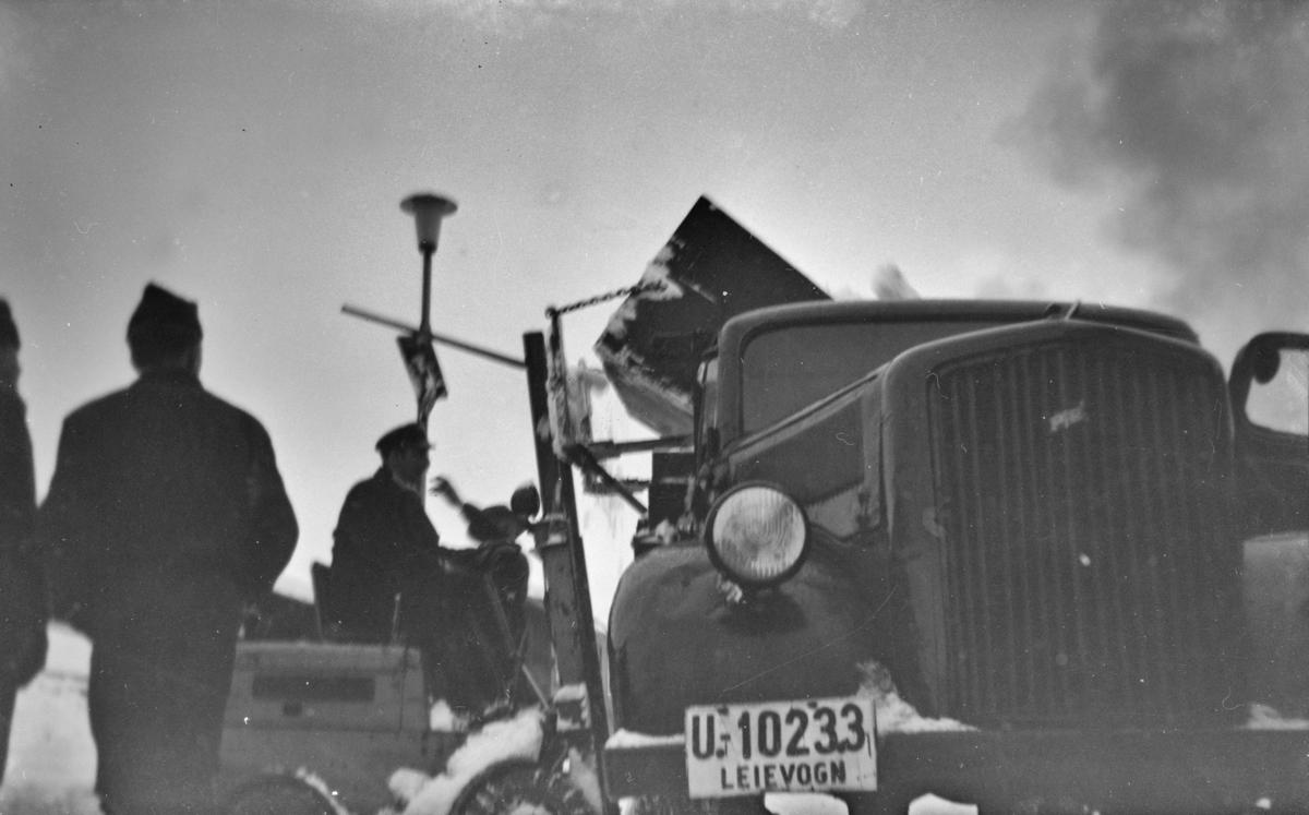 Snørydding med traktor og lastebil på Trondheim stasjon.