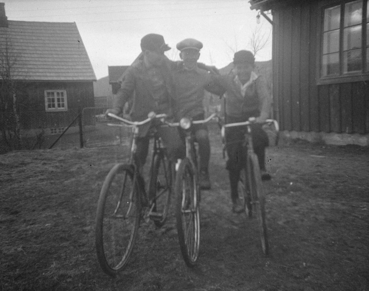Tre gutter på sykler.