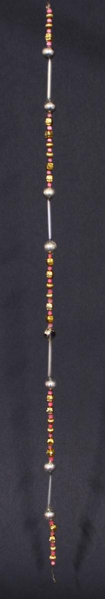 Lenke av snor med tredde små sølvfarga galskuler og perler i rosa og gult.