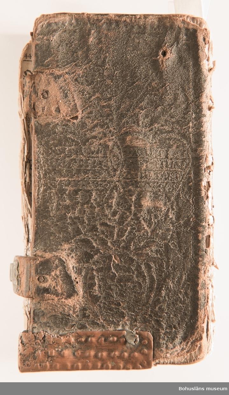 Psalmbok, frakturstil, linnelumppapper, svenska, 403 sidor samt register, duodecimo (12:o). 1695 års psalmbok, 413 psalmer. Trasig. Samtida helfranskt skinnband med fem lätt upphöjda bind, pärmfyllnad av trä. Skinnet präglat i dekorativt mönster, liknande på fram- och baksida. Dekortivt ramverk, i övrigt heltäckande dekor med textband på mitten, oläsligt.  Denna slags inbindning användes gärna då psalmboken skänktes som trolovningsgåva. Rester av två bokpärmsbeslag; fragmentariska skinnband och metallspänne på det nedre. Främre pärmen lagad längs del av de båda kortsidorna med hamrat kopparband, bakre pärmen har hamrat kopparband nertill på kortsidan. På första sidan handanteckning med uppgifter om ägare och årtalet 1735.  Psalmboken sammanbunden med evangelie- och epistelbok; Evangelia och epistler, 274 sidor. Cib