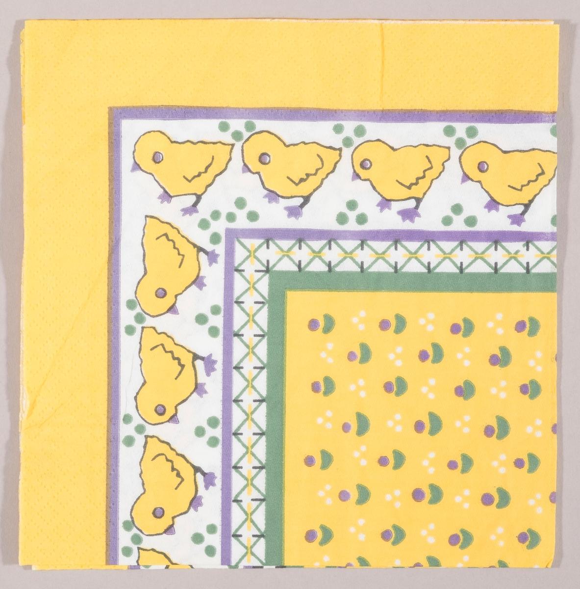 Kyllinger, stiliserte blomster, prikker og en mønsterbord. Lilla kantstripe.