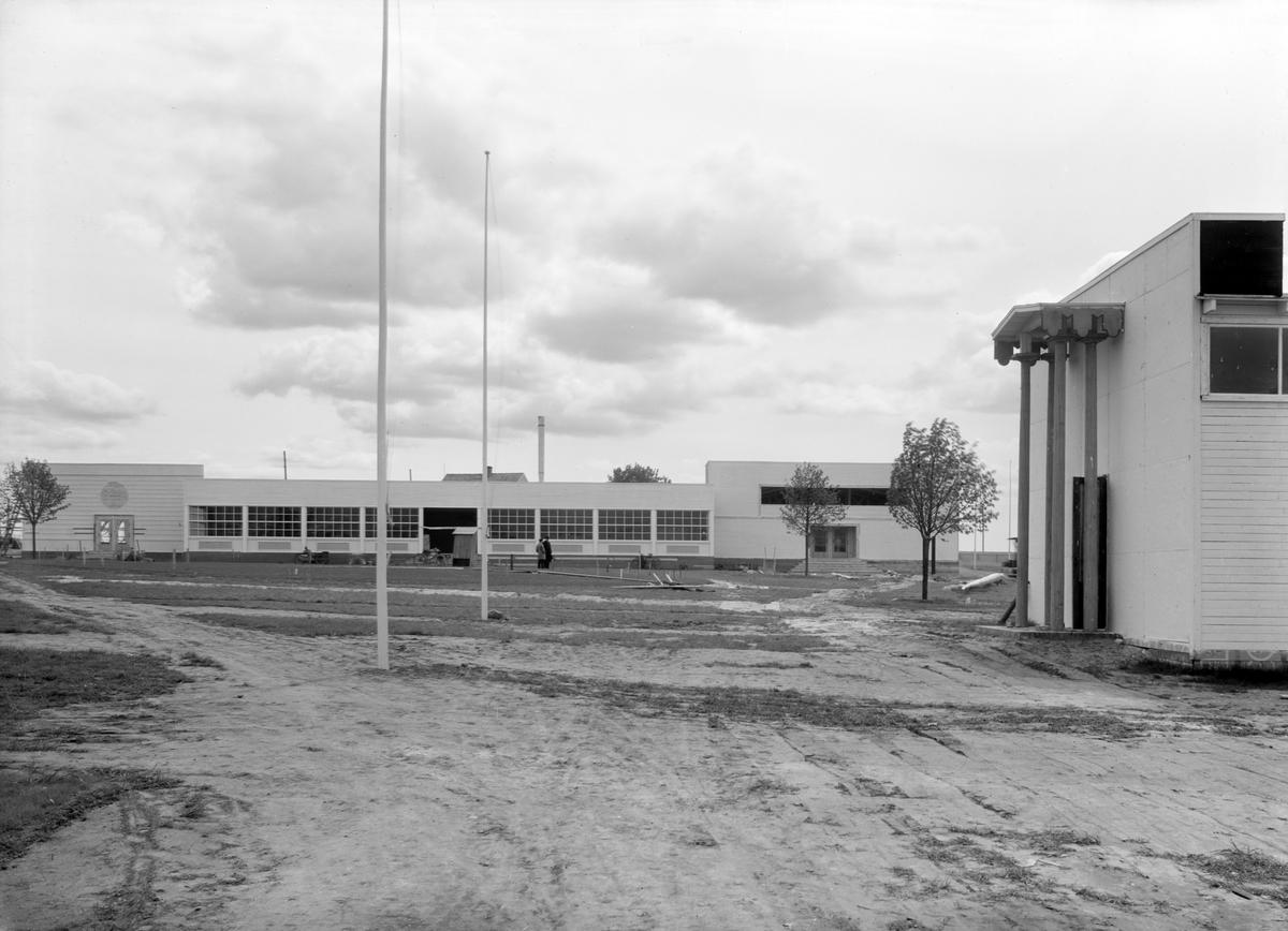Motiv från jubileumsutställningen i Skänninge 1929. Utställningen var en del i 400-årsjubiléet av de stadsprivilegier som Gustav Vasa utfärdat staden. Östergötlands läns hushållsningssällskap förlade årets länslantbruksmöte hit och en parallell konst-, hantverks- och industriutställning som invigdes av kronprins Gustaf Adolf den 20 juni. Bilden visar vy över utställningsområdet.