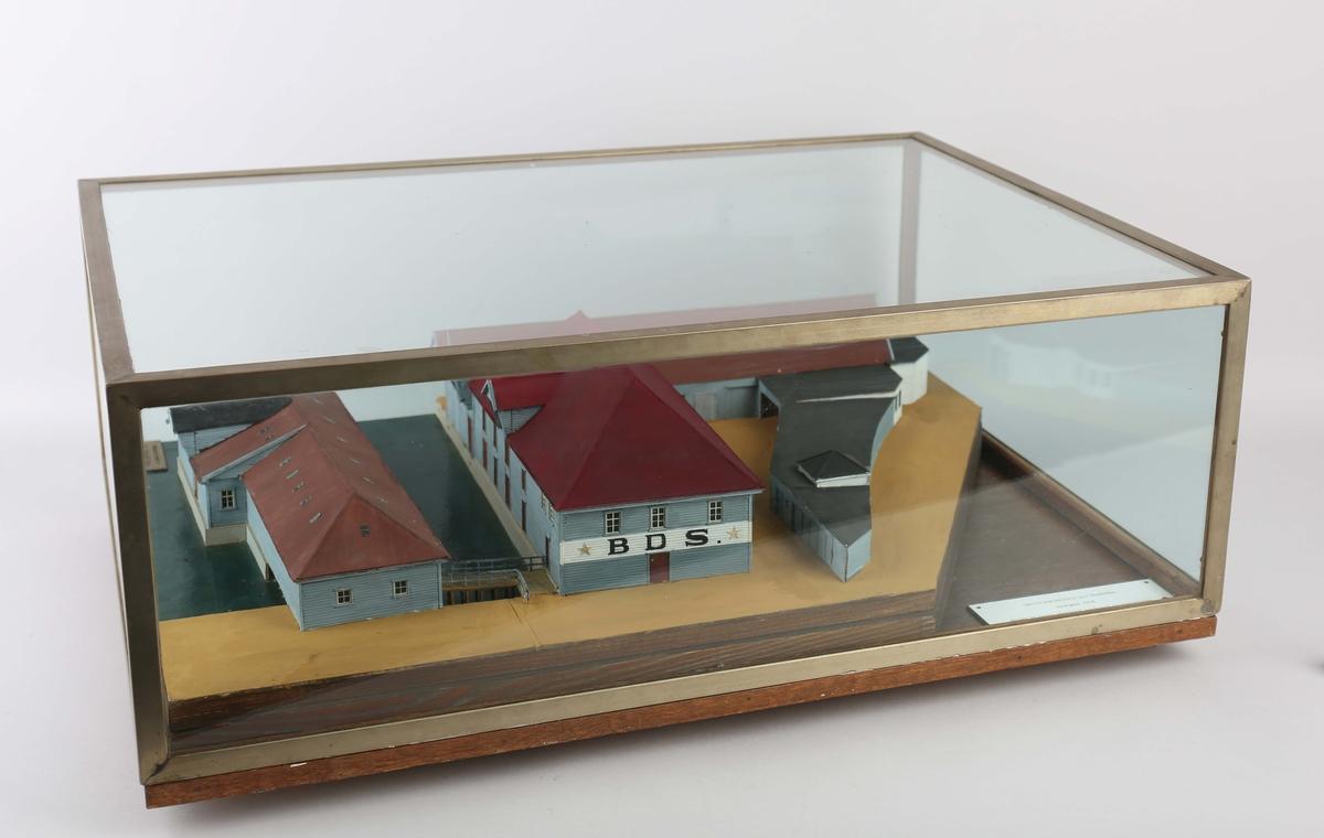 Husmodell av Skuteviksboder nr. 1, Bontelabo som viser bygningsmassen til Det Bergenske Dampskibsselskab sine lokaler. Lokalene ble innkjøpt i 1914 og benyttet til lager, elektrisk verksted og bilgarasjer. Ble ødelagt ved eksplosjonen den 20. april 1944.