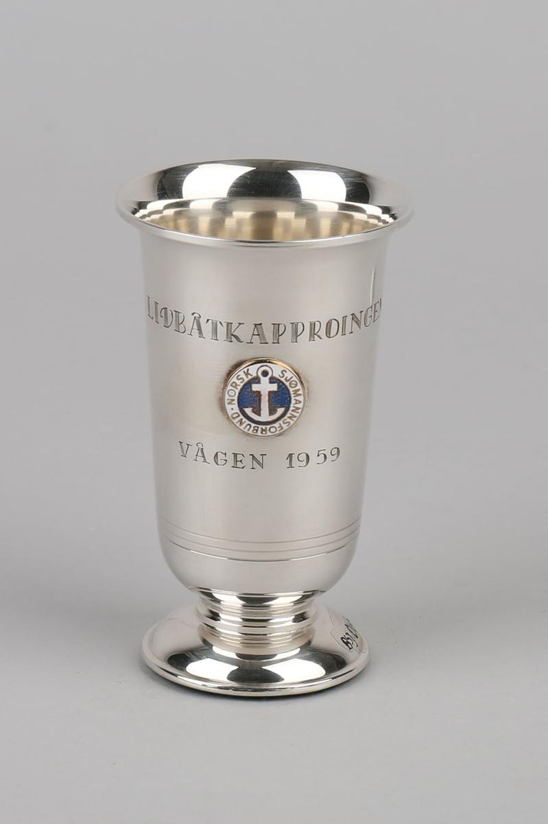 Sølvpokal. Gavepokal fra Norsk Sjømannsforbund. På sokkel og med emaljert emblem i front.