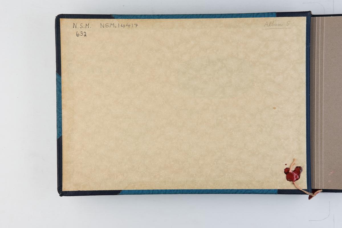 """Fotoalbum fra bygging av skoleskipet """"Christian Radich"""" i 1937."""