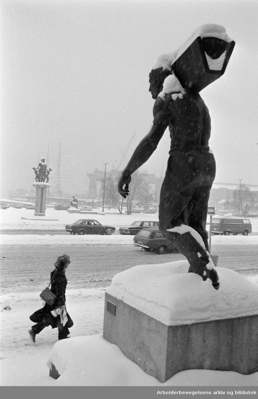 Rådhusplassen. Skulpturen, Arbeidsmannen er laget av Billedhugger Per Storm. Desember 1973