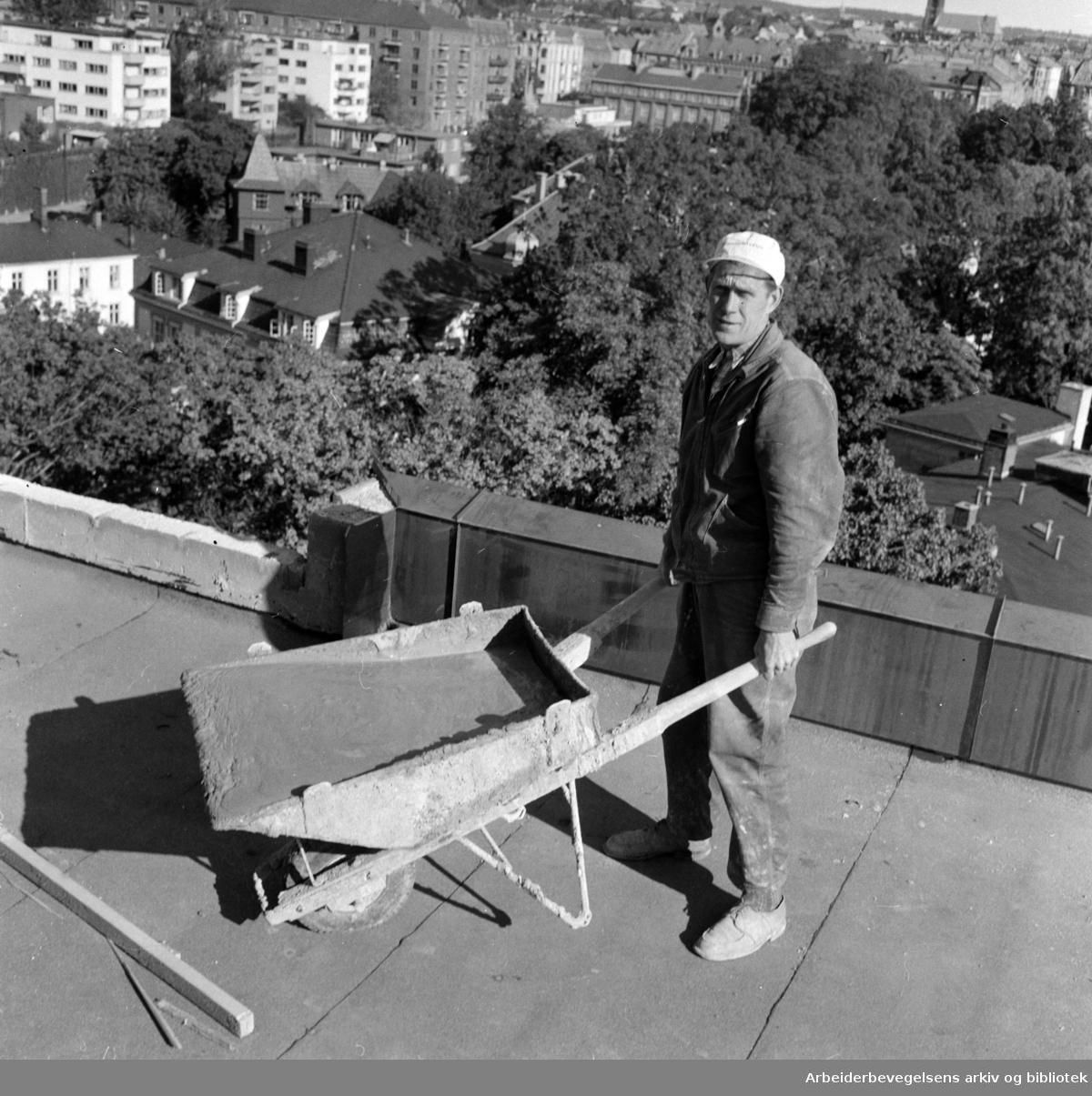 Rikstrygdeverket. Takarbeide på Rikstrygdeverkets bolig på Drammensveien. September 1959