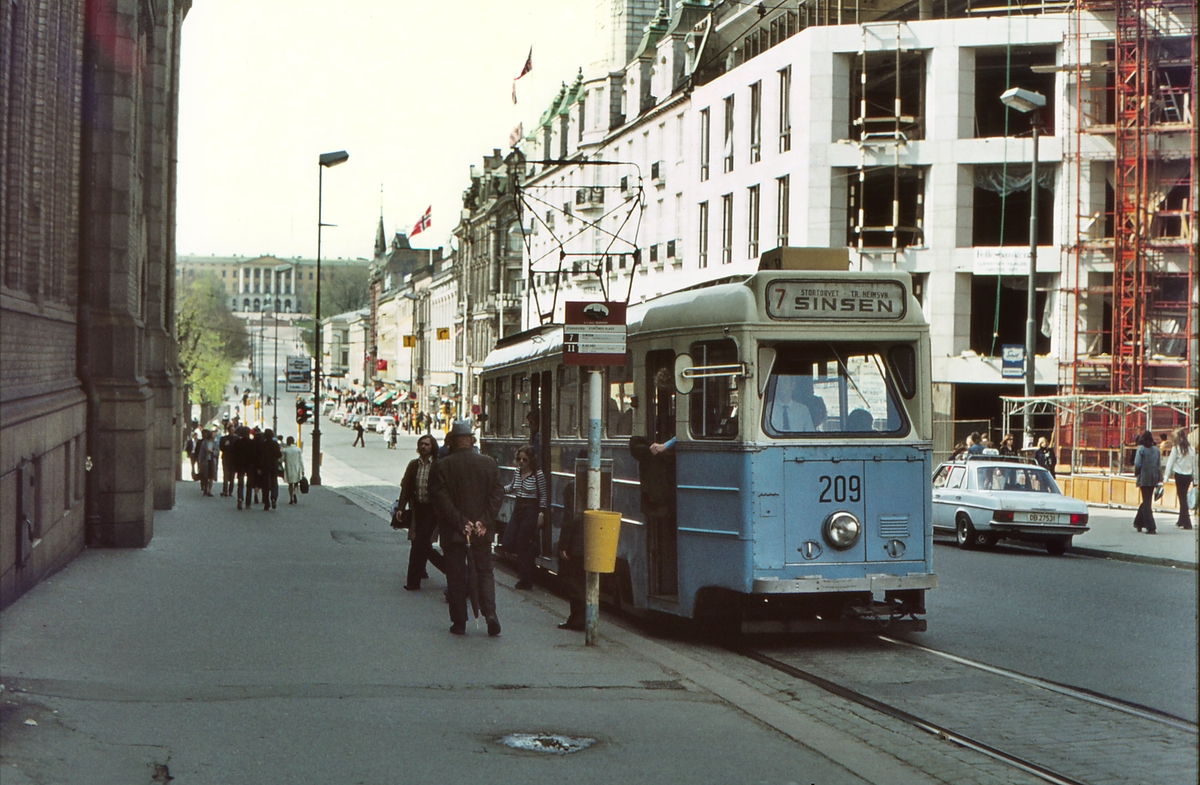 Høka-vogn på Stortinget holdeplass i Karl Johansgt. Vogn 209. Oslo Sporveier.
