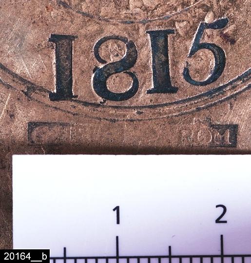 """Anmärkningar: Mortel, daterad 1815.  Rund mortel med kantiga genombrutna öron på sidorna. Paralella dekorationslinjer löper runt morteln och vid löronen rombformad dekor. Undertill är den märkt """"G. HEDENSTRÖM"""" samt """"1815"""" (bild 20164__b). Göran Hedenström (1770ca-1822) var krongjutare på Skultuna Bruk. H:130 D:125 Br:140 (avser måttet diameter samt handtagens mått)  Tillstånd: Stöt saknas.  Historik: Inköpt från förmannen vid Skultunaverken, Carl Georg Forsman för 1.600 kronor 1980."""