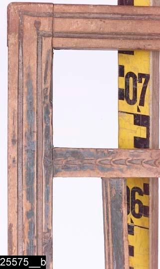 Anmärkningar: Stolsrygg, omkring 1800.  Överstycket, bakstolparna, nedersta ryggslån och ryggspjälorna är profilerade (bild 25575__b). Ryggen är genombruten och de två ryggslåarna ovanför respektive nedanför ryggspjälorna är försedda med skurna uddsnitt (bild 25575__b). Bakstolparna är S-svängda (bild 25575__c). H:800 Br:410 Dj:85  Stolsryggen är blåmålad och bär spår av naturligt slitage.  Tillstånd: Allt utom ryggen saknas. En ryggspjäla saknas. En ryggslå har en spricka.