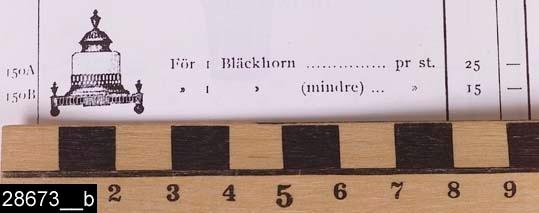 Anmärkningar: Bläckhorn, omkring 1900.  Rektangulärt bläckhorn med urnformat och profilerat lock. Bläckhållaren är av glas och har fasettslipade kanter. Bläckhållaren står i en ställning med genombruten dekor. Foten består av en rektangulär platta med fyra runda fötter och urnliknande dekorer vid varje hörn. Sidorna är försedda med genombrutna dekorer. Bläckhornet är avbildat i flera priskuranter och kataloger från Skultuna vid sekelskiftet 1800/1900. Små förändringar tycks ha gjorts av modellen mellan 1890-talet och 1910-talet. Exakt ett likadant bläckhorn är avbildat i en priskurant från 1898 (bild 28673__b). H:180 Br:150  Tillstånd: Nyskick. Knoppen på locket är löst.  Historik: Gåva från SAPA AB, Division Service, 2002. Föremålet stod i ett skyddsrum på bruksområdet i Skultuna.