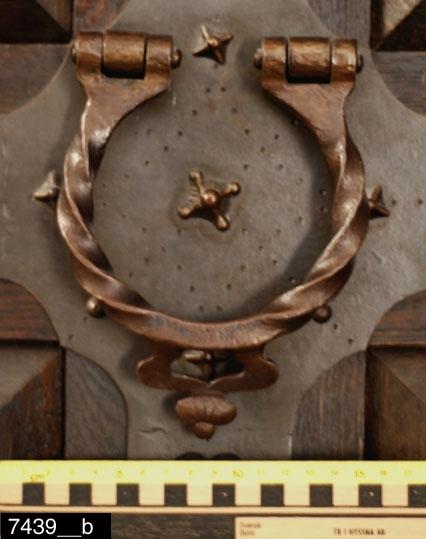 """Anmärkningar: Skåp, renässansstil, omkring 1900.  Framskjutande kraftigt profilerat rakt krön. Pardörrar med vardera sex kraftigt utstickande kvadrater. Dörrarna har vardera ett spiralvridet handtag i järn (bild 7439__b). Sidorna är vardera försedda med tre identiska kvadrater (bild 7439__h). Nedtill två draglådor med vardera två kraftigt utstickande diamantsnitt och konturerade handtag i järn (bild 7439__c).  I den vänstra lådan finns en brännmärkning """"V.R.OFF.K"""" (bild 7439__e). På sidorna finns vardera ett identiskt diamantsnitt. Svarvade kulfötter nederst. Insidan av dörrarna är försedda med vardera sex rutor med gerade och profilerade lister. På insidan av höger dörr finns ett lås i järn samt en järnbricka med rokokostildekor (Bild 7439__d). På vilken det står: """"Kongliga Westmanlands reg:tes Officierskåp. Skänktes detta skåp af Majoren Cronstedt Kaptenen Broberg Doktoren Wingren Underlöjtnanten Ohlsson Underlöjtnanten Berg Löjtnanten Werner som och det ritade."""" Till vänster på brickan står det """"1917"""". Skåpetr är försedd med en stor nyckel av mässingf med """"I18"""" inuti öglan, som är krönt med en krona överst. Invändigt (bild 7439__f) finns två hyllor längst upp till vänster, ett skåp med spegelförsedda pardörrar till höger med i sin tur ett hyllplan och plats för två draglådor. Under skåpet en dråglåda samt nederst  plats för två draglådor. Skåpet är försett med stegreglerare (bild 7439__g) som gör att hyllorna kan flyttas. H:2180 Br:2070 Dj:735  Hela skåpet är täckt av kraftigt dimensionerade järnbeslag i renässansstil. Nitar, omväxlande runda och stjärnformade, håller fast beslagen. Hela skåpet är av ek.  Tillstånd: Nyckel saknas. Invändigt saknas nedre vänstra draglådan. Skåpet var vid fotograferingstillfället lagringsplats för rekvisitaföremål på Vlm.  Historik: Deposition 1928 av Kungliga Västmanlands Regementes Officerskår. Depositionen övergått i gåva. Stod tidigare i kapprummet på Västerås slott. Flyttades därifrån 2010."""