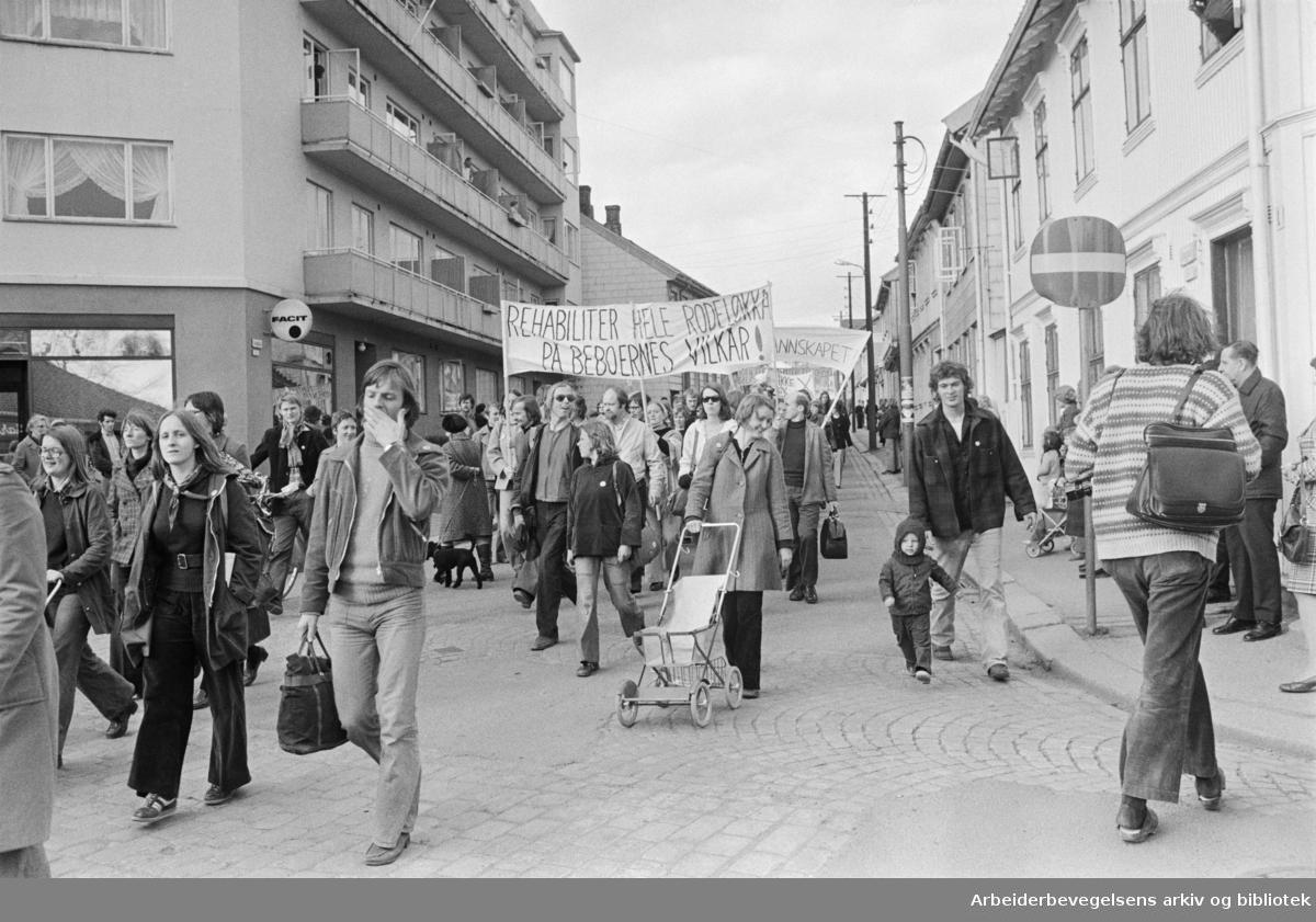 1975 Rodeløkka.Demonstrasjon mot sanering av Rodeløkka.Parole: Rehabiliter hele Rodeløkka på beboernes vilkår!