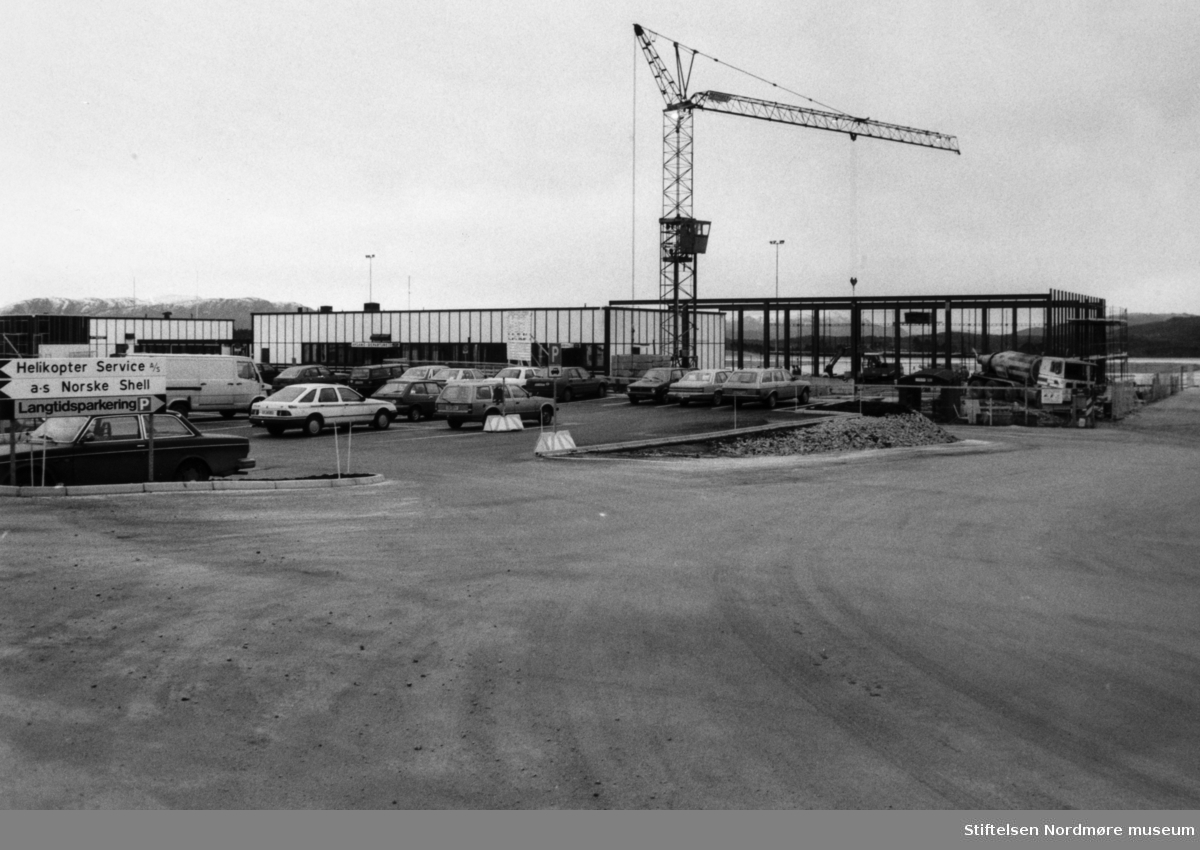 Foto fra byggevirksomhet på Kvernberget lufthavn i Kristiansund. Bildet dateres til omkring 1987-1990.Fotoarkivet stammer fra Nordmørsposten, og inngår nå i Nordmøre museums fotosamlinger.