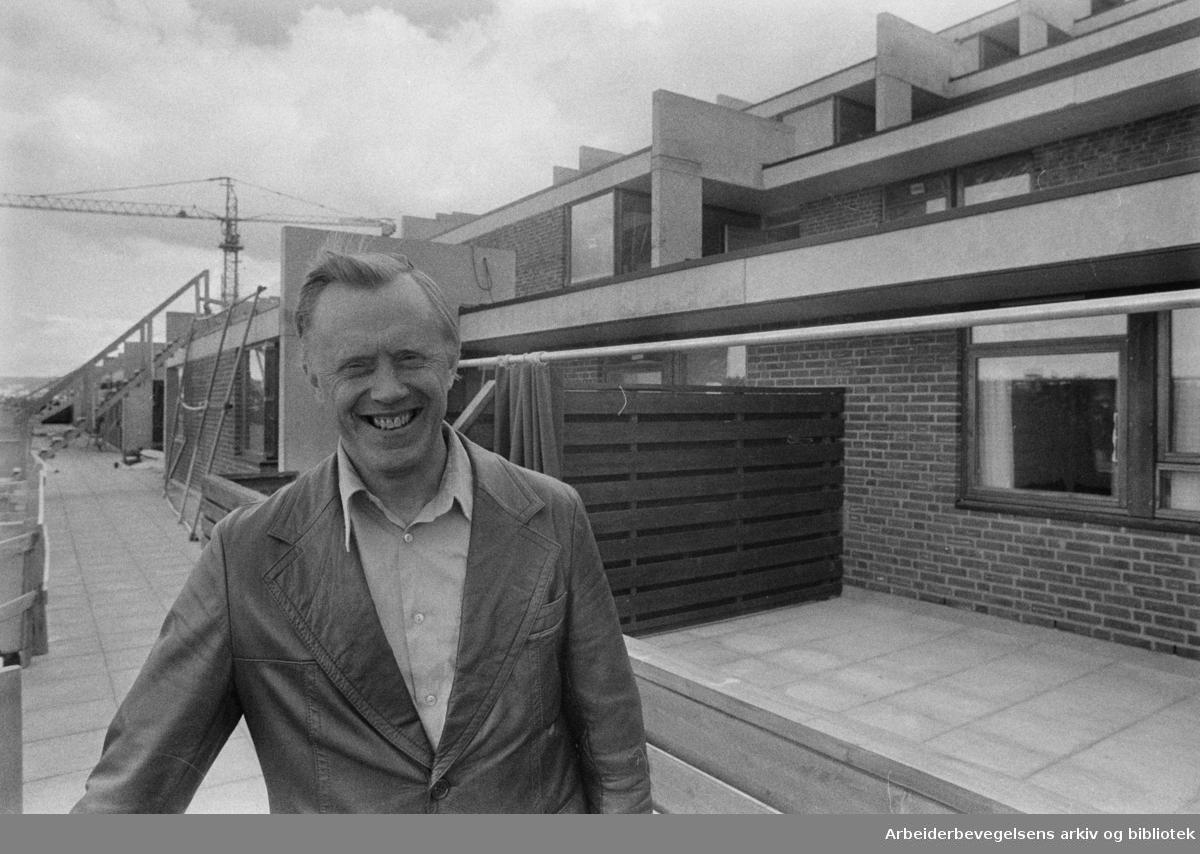 Oppsal. De nye terrassehusene ved Østensjøvannet under bygging. Torbjørn Rødahl utenfor terrassehusene som han har vært arkitekt for. Juni 1976