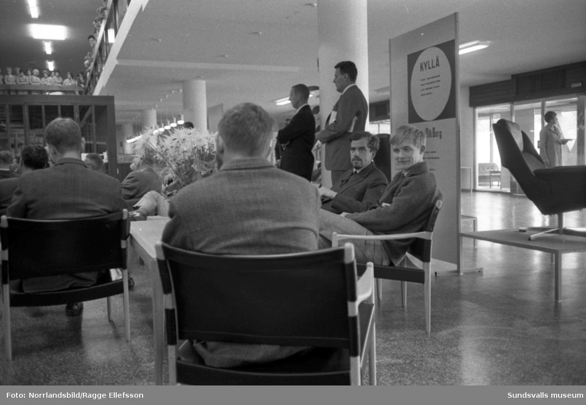Ingvar Kamprad överlämnar nyckeln till platschef Kjell Nilsson inför öppnandet av Ikea i Birsta, landets tredje Ikea-varuhus. Även interiörbilder med högtidligt tal till de cirka 180 anställda. Samtidigt presenterades de fem brudpar från de nordligaste länen som bland 400 sökande valts ut och i gåva fått ett presentkort på vardera 2000 kronor att spendera på möbler till sina blivande hem. Västernorrlands vinnare Margareta och Ivar Sjölund, Härnösand, hade för sin del fastnat för en soffgrupp och en bokhylla.