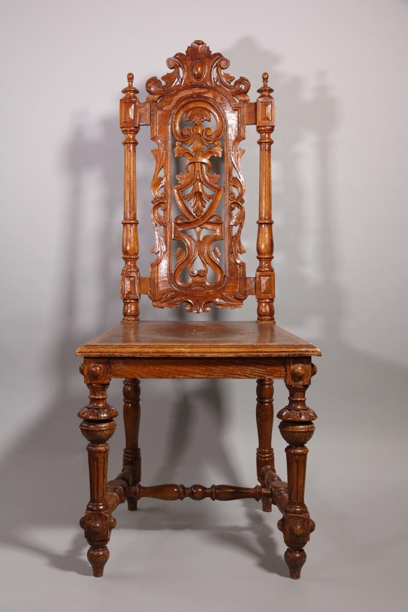 Matsalsstol, 2 st, av betsad ek. Nyrenässans stil med profilsvarvade ben och rygg i genombrutet arbete. Sitsen har ett pressat mönster föreställande en maskaron.