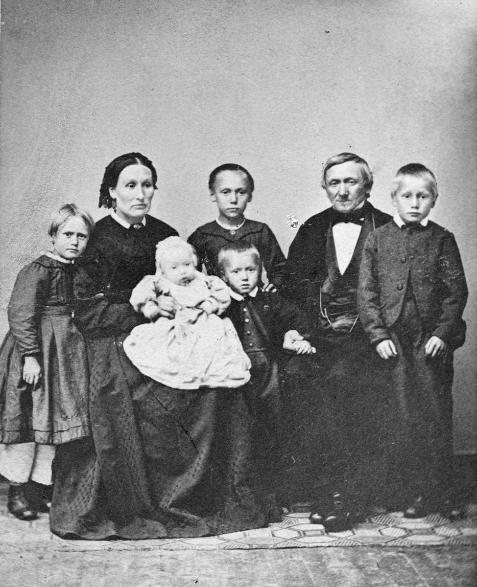 Portrett på familie på åtte personer