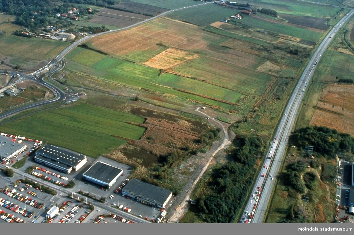 Vy från väster mot Fässbergsdalen, Mölndal, i september 1989. Till höger ses trafik på Söderleden. Flygfotografi. Duplikat från kommunens foto.