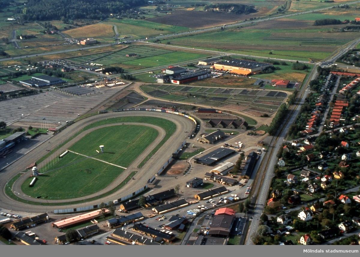 Fässbergsdalen, Mölndal, i september 1989. I förgrunden ses Åbyfältet. I bakgrunden ses Balltorp. Till höger ses bostadsbebyggelse på Solängen. Flygfotografi. Duplikat från kommunens foto.
