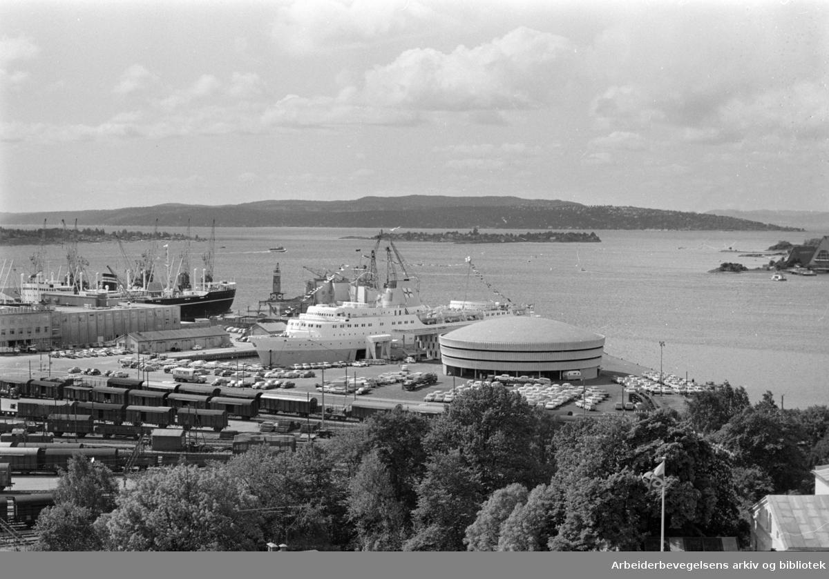 Havna. Hjortneskaia (sett fra taket av Rikstrygdeverket)..Juni 1964.