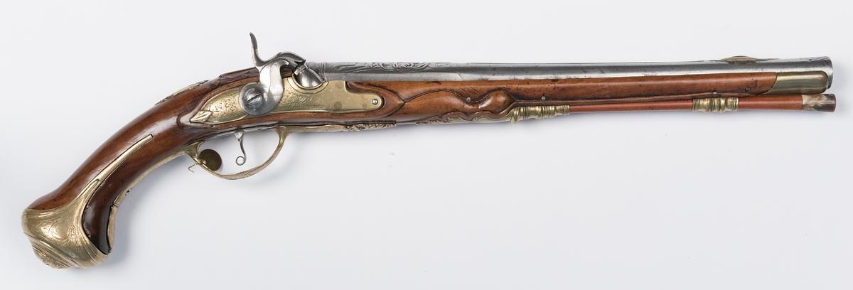 """Pistol, ombyggd från flintlåspistol till slaglåspistol, signerad """"S Åberg"""". Total längd 53 cm, pipans längd 35,5 cm, slätborrad. Beslag av mässing. Kaliber 13 mm. Laddstaken är ej original. Försedd med påhängd mässingsbricka märkt """"17""""."""