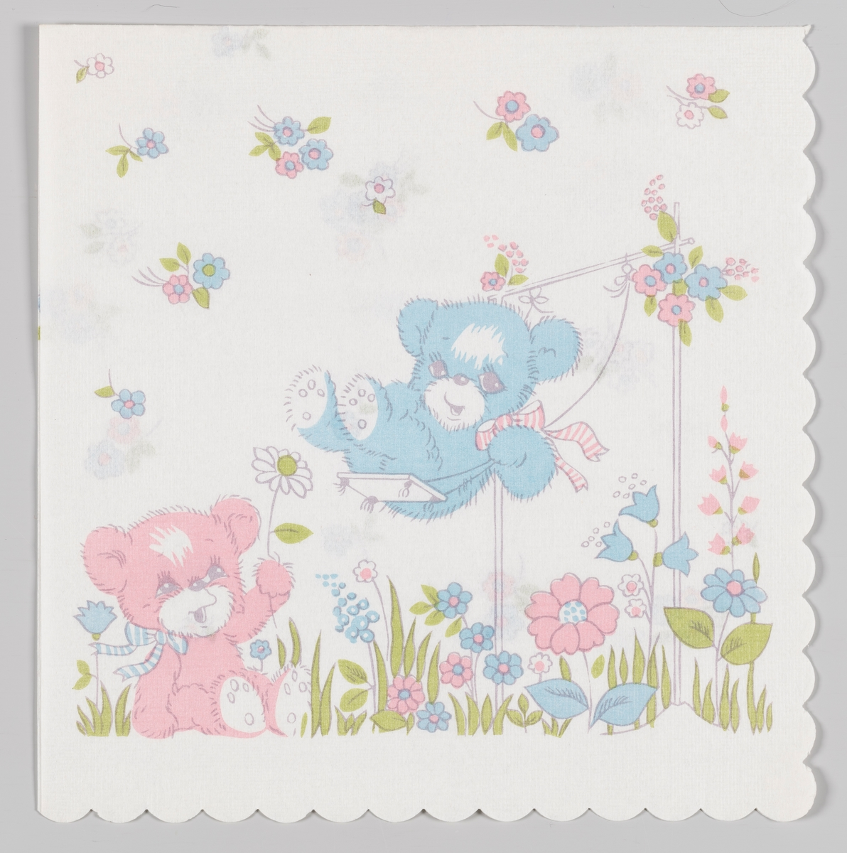 En lyseblå bamse som sitter på en huske og en rosa bamse som sitter i en blomstereng med rosa og lyseblå bomster.