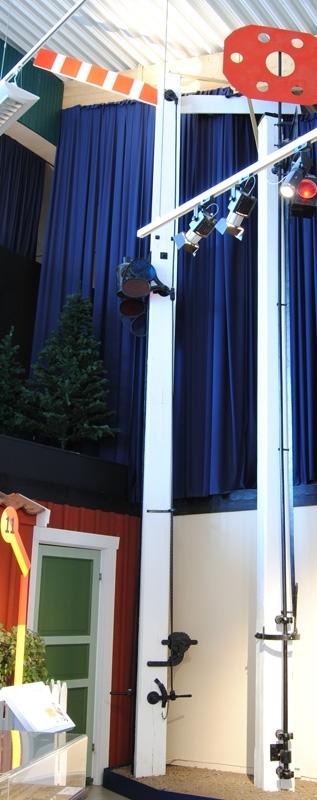 """T-semafor med en röd-vit randig och en vit trävinge på vit trästolpe. Trästolpen och vingarna är utbytta. Semaforen har en cylinderformad signallykta med två hållare med rött och blå-grönt glas. Signallyktan är märkt """"K"""" samt """"C.A. HIMELL ÅMÅL""""."""