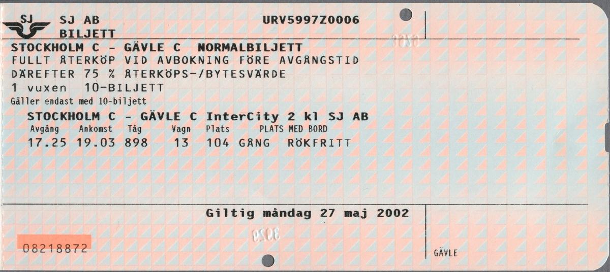"""Två tvåfärgade ihophäftade pappersbiljetter, där den övre har följande tryckta text: """"SJ AB 10-BILJETT NORMALBILJETT IC 1 vuxen STOCKHOLM C - GÄVLE C eller omvänt GÄLLER FÖR RESA I INTERCITY 2 KLASS SÄRSKILDA AVBOKNINGS- OCH ÅTERKÖPSREGLER GÄLLER Giltig tisdag 21 maj 2002 - onsdag 20 nov 2002 NAMNLÖS, BILJETT SJ FAKTURA pris 225,00 kr varav moms  12,74 kr GÄVLE"""". Den undre biljetten har följande text: """"SJ AB BILJETT STOCKHOLM C -GÄVLE C NORMALBILJETT FULLT ÅTERKÖP VID AVBOKNING FÖRE AVGÅNGSTID DÄREFTER 75% ÅTERKÖPS-/BYTESVÄRDE 1 vuxen 10-BILJETT Gäller endast med 10-biljett STOCKHOLM C - GÄVLE C InterCity 2 kl SJ AB Avgång 17.25 Ankomst 19.03 Tåg 898 Vagn 13 Plats 104 PLATS MED BORD GÅNG RÖKFRITT Giltig måndag 27 maj 2002"""". Bägge biljetter har SJ's logga, vingarna med initialerna ovanför tryckt i övre vänstra hörnen. De är svagt blå- och rosafärgade, med mönster bestående av trianglar. Det finns två hål efter biljettång på vardera biljett. På baksidorna finns regler/bestämmelser för biljetterna.  Historik: 10-biljett är giltig i 6 månader och kan användas vid 10 enkla resor i valfri riktning."""