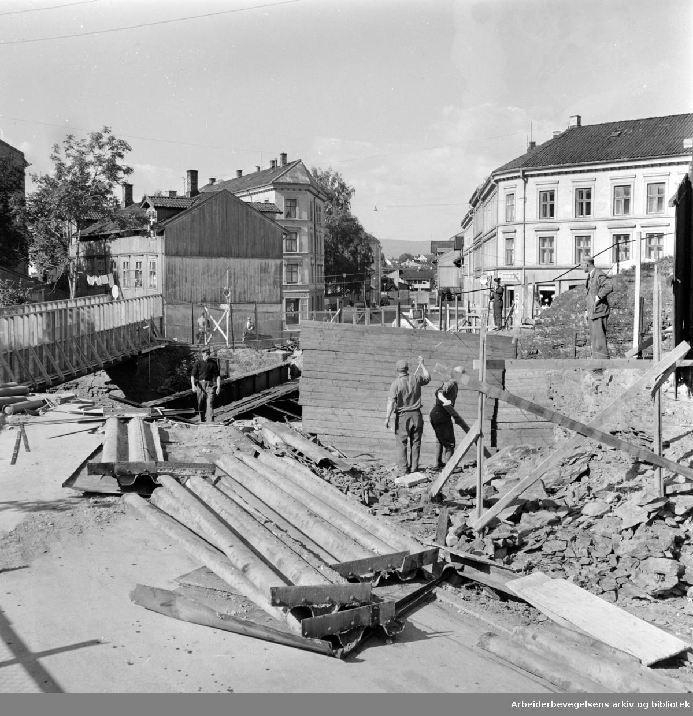 Enebakkveien. Ombygging, veibru for Enebakkveien over jernbanen på Vålerenga. September 1960