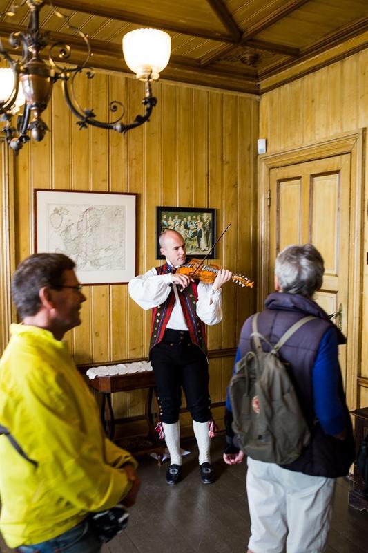 Velkommen inn med hardingfelemusikk. Foto: Jan Ove Iversen