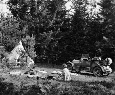 Bilferie med telt på 1930-tallet.