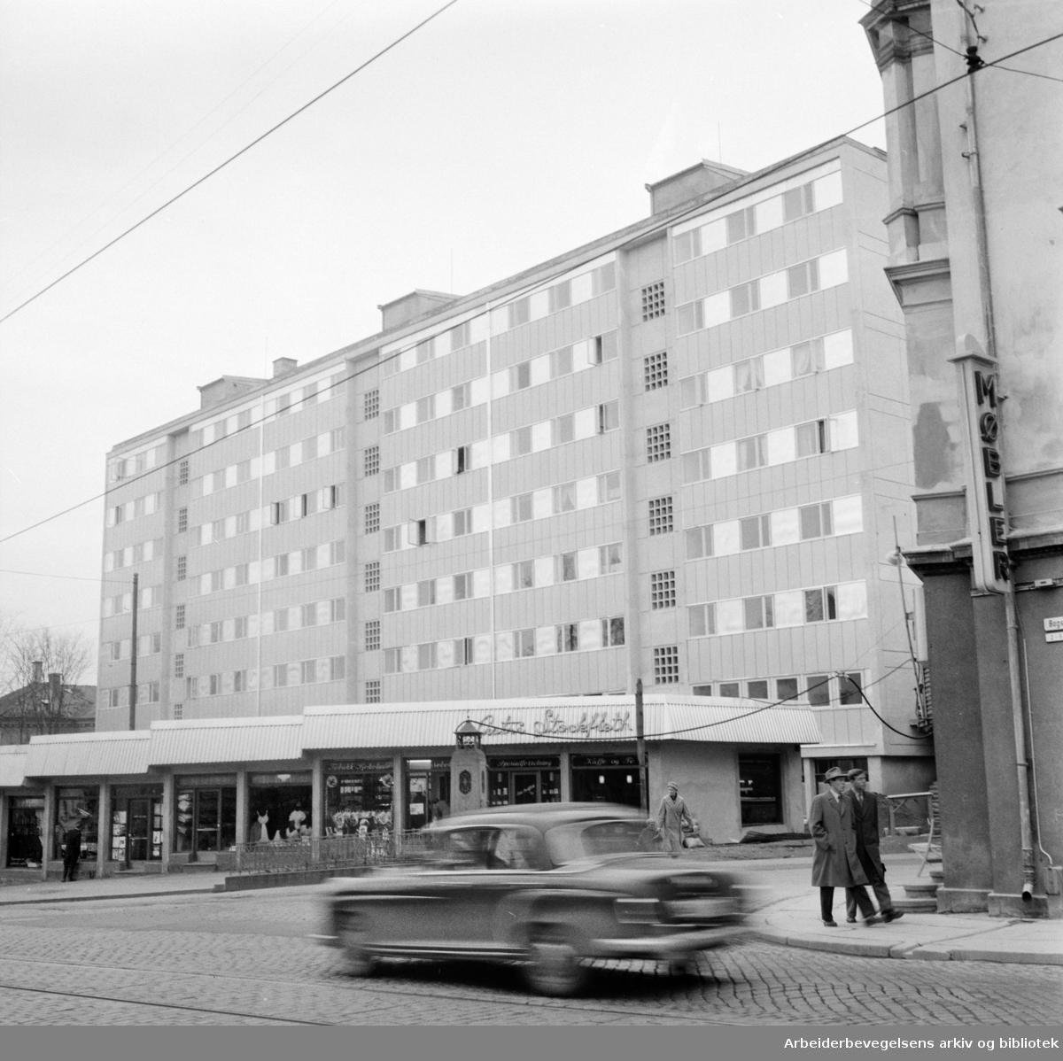 Bogstadveien. Nybygg på hjørnet av Bogstadveien / Oscarsgate. Mai 1957