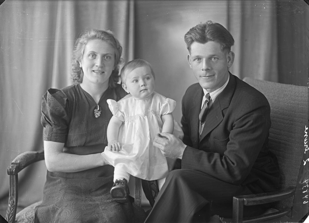 Gruppebilde. Familiegruppe på tre. Ung kvinne, ung mann og liten pike. Bestilt av Elias Myklebust. Røksund