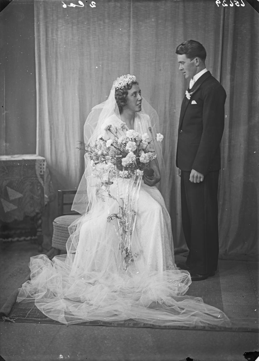 Gruppebilde. Ung kvinne og ung mann. Brudepar. Bestilt av Hr. Kåre Birkeland.
